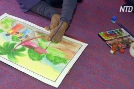 Юная индийская художница-инвалид рисует пальцами ног
