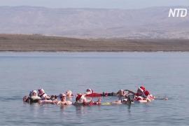 50 Санта-Клаусов искупались в Мёртвом море в честь Рождества