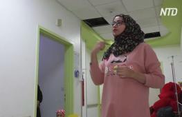 Победившая рак девушка приносит радость иракским детям с онкологией
