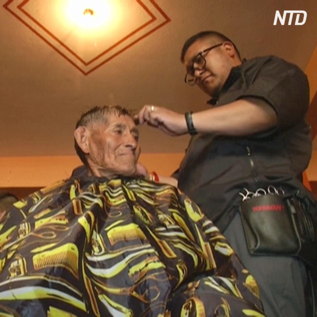 Боливийские парикмахеры бесплатно стригут бездомных