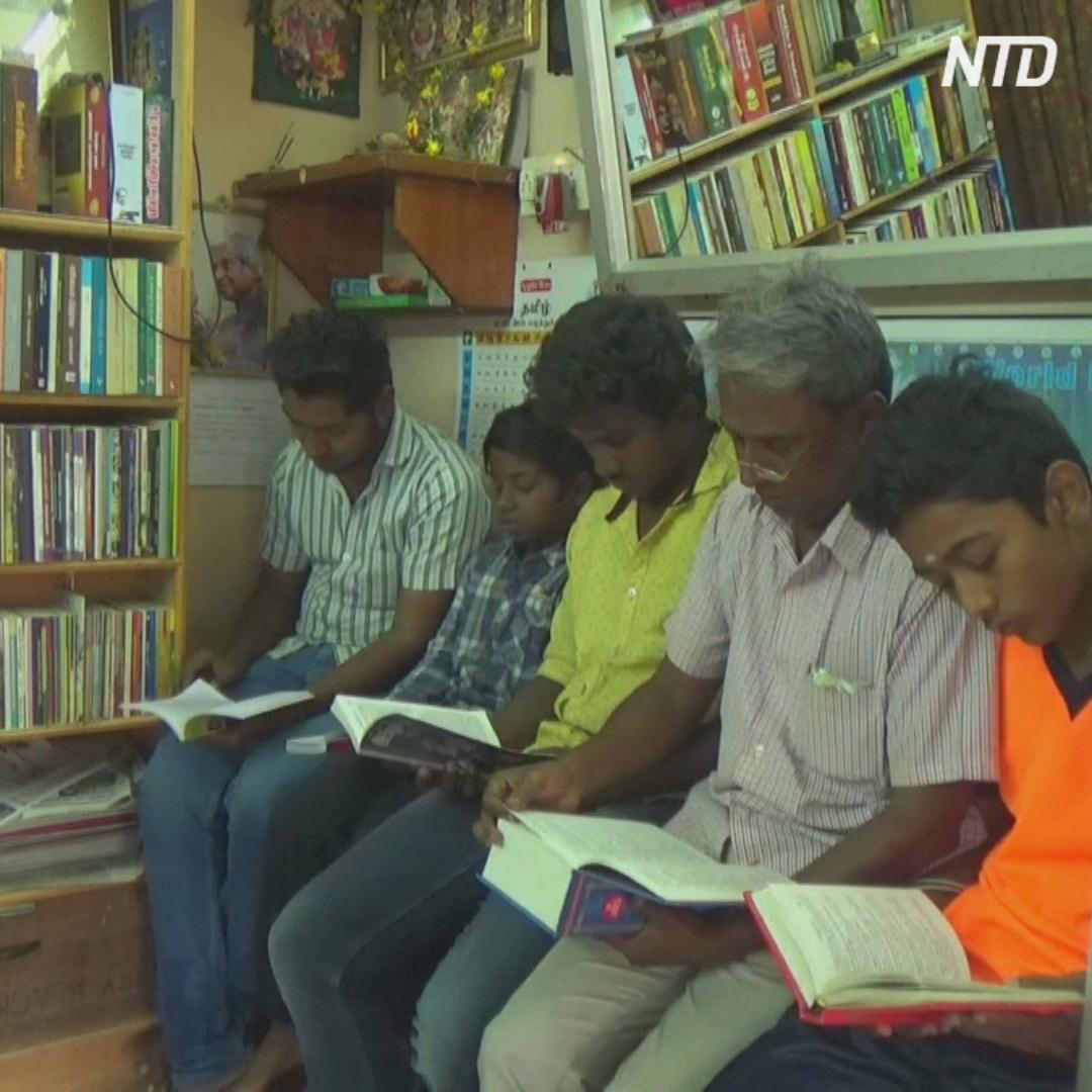 Индийский парикмахер приучает клиентов к чтению