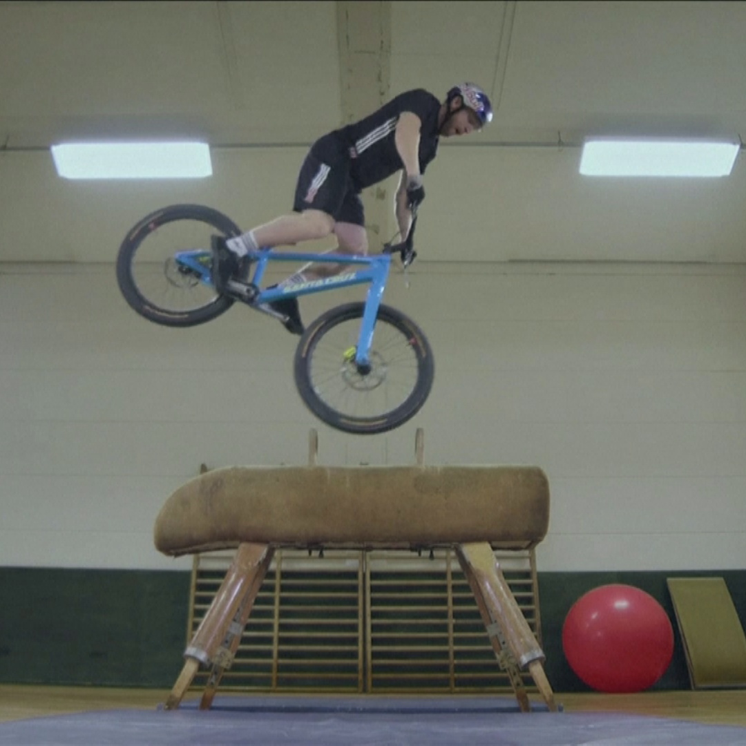 Шотландский велосипедист выполняет немыслимые трюки в обычном спортзале