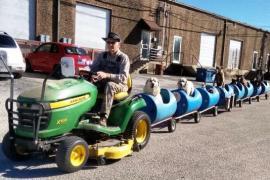 82-летний пенсионер построил поезд для собак