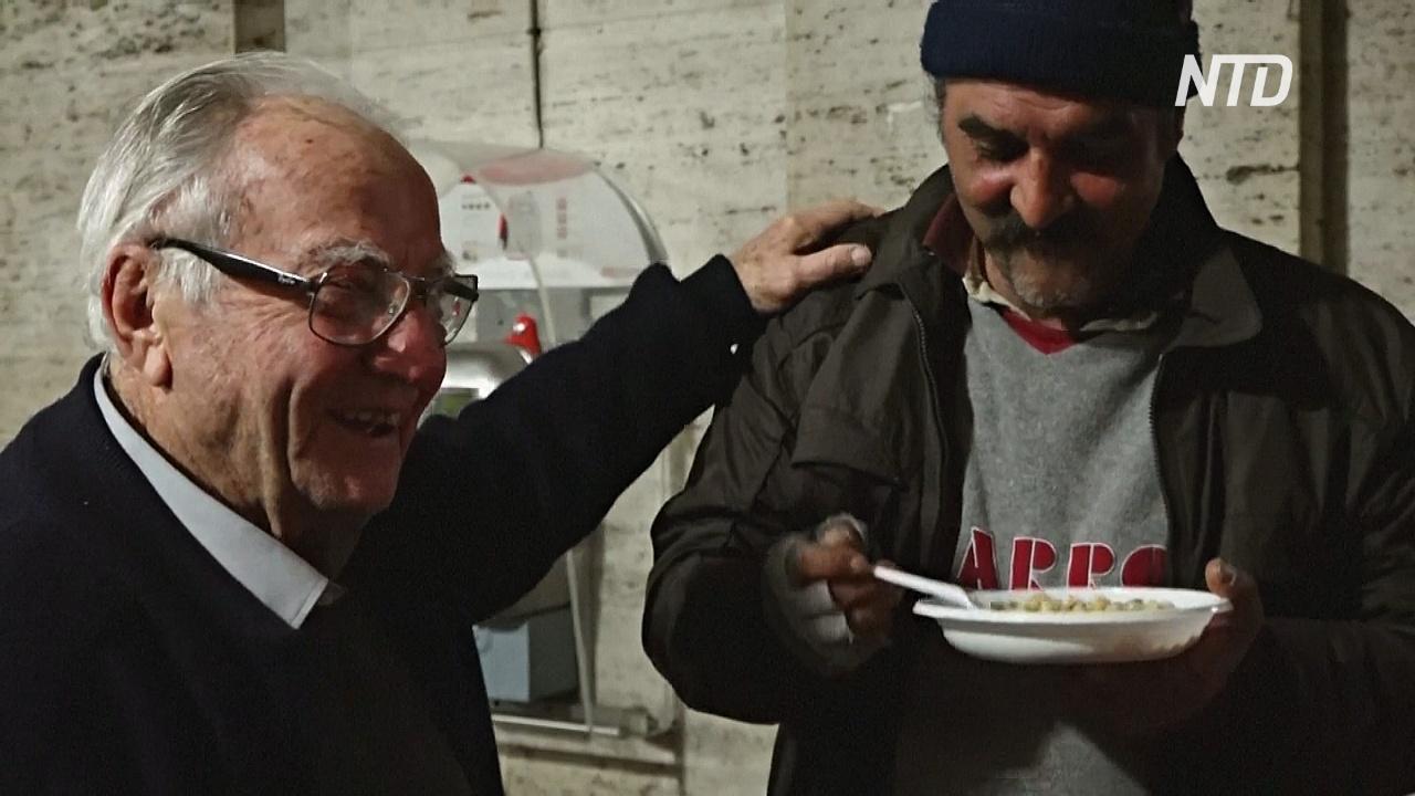 90-летний дедушка готовит еду для бездомных Рима