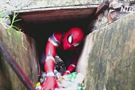 Индонезийский Человек-паук очищает улицы от мусора