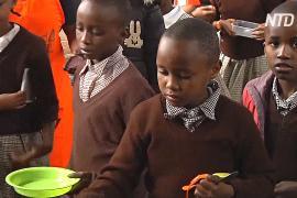 Лекарство от прогулов: кенийских школьников кормят горячими обедами
