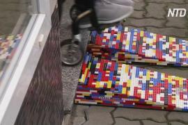 Женщина на инвалидной коляске создаёт пандусы из Lego