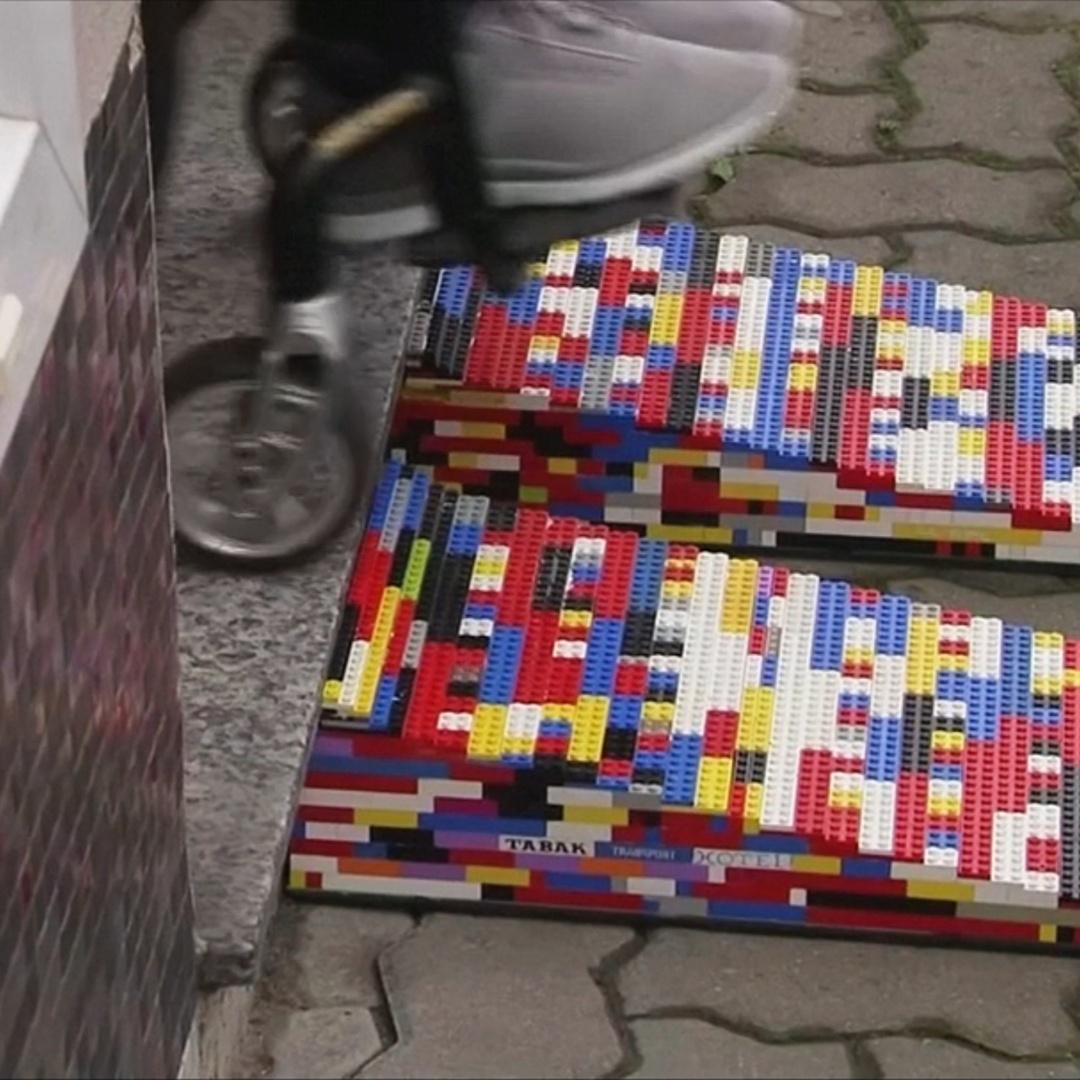 «Lego-бабушка» на инвалидной коляске делает пандусы из конструктора