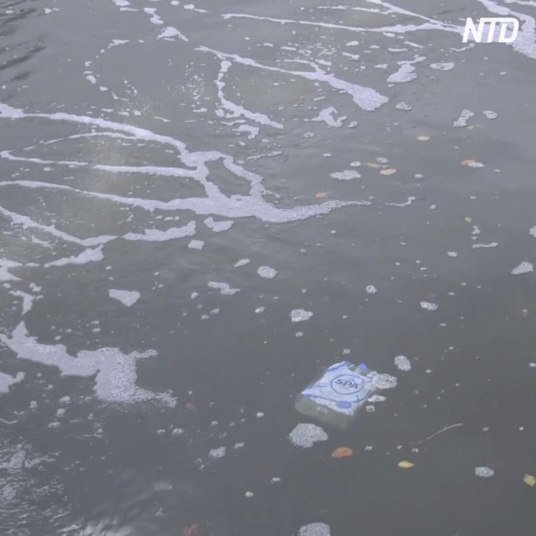 Пузырчатый барьер ловит мусор на канале Амстердама
