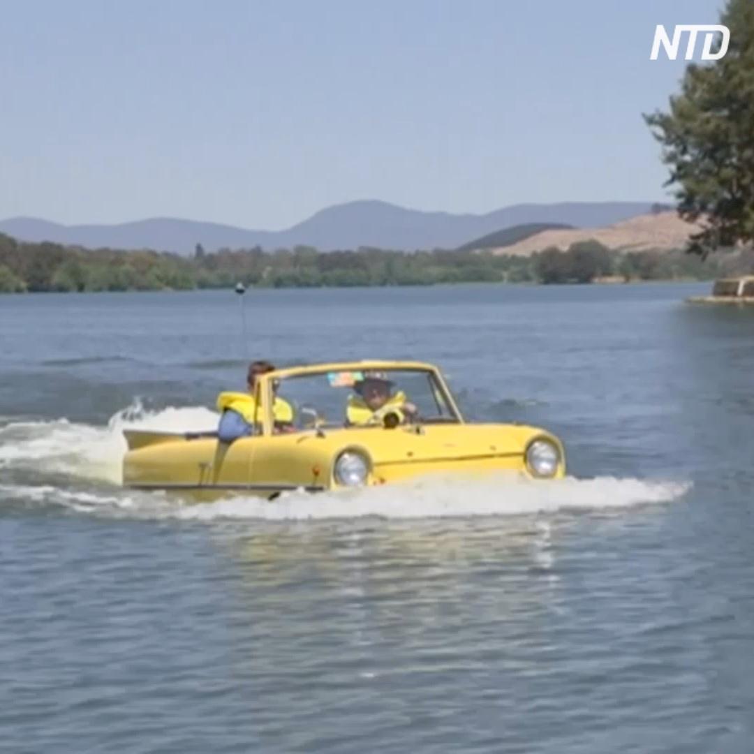 Австралиец плавает по озеру на автомобиле-амфибии
