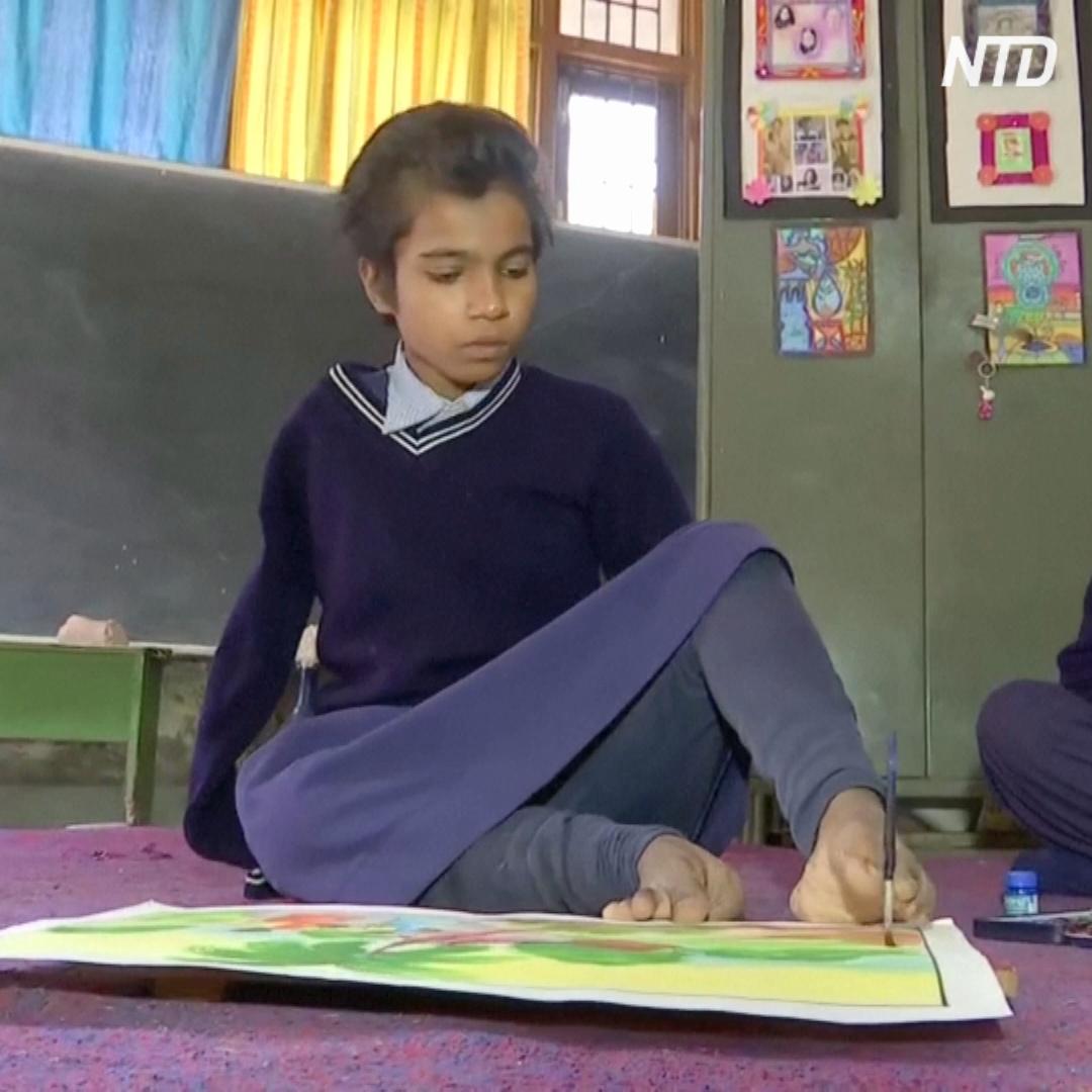 Юная индианка рисует пальцами ног
