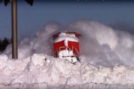 Поезд сталкивается с массой снега. Видео посмотрели 15 млн раз