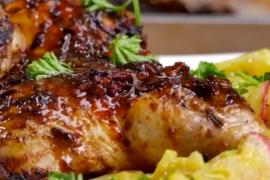 Цыплёнок, запечённый с соусом из красного вина и салатом из картофеля