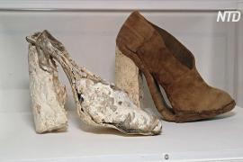 «Грибные» туфли, одежду и кирпичи показали на выставке в Лондоне