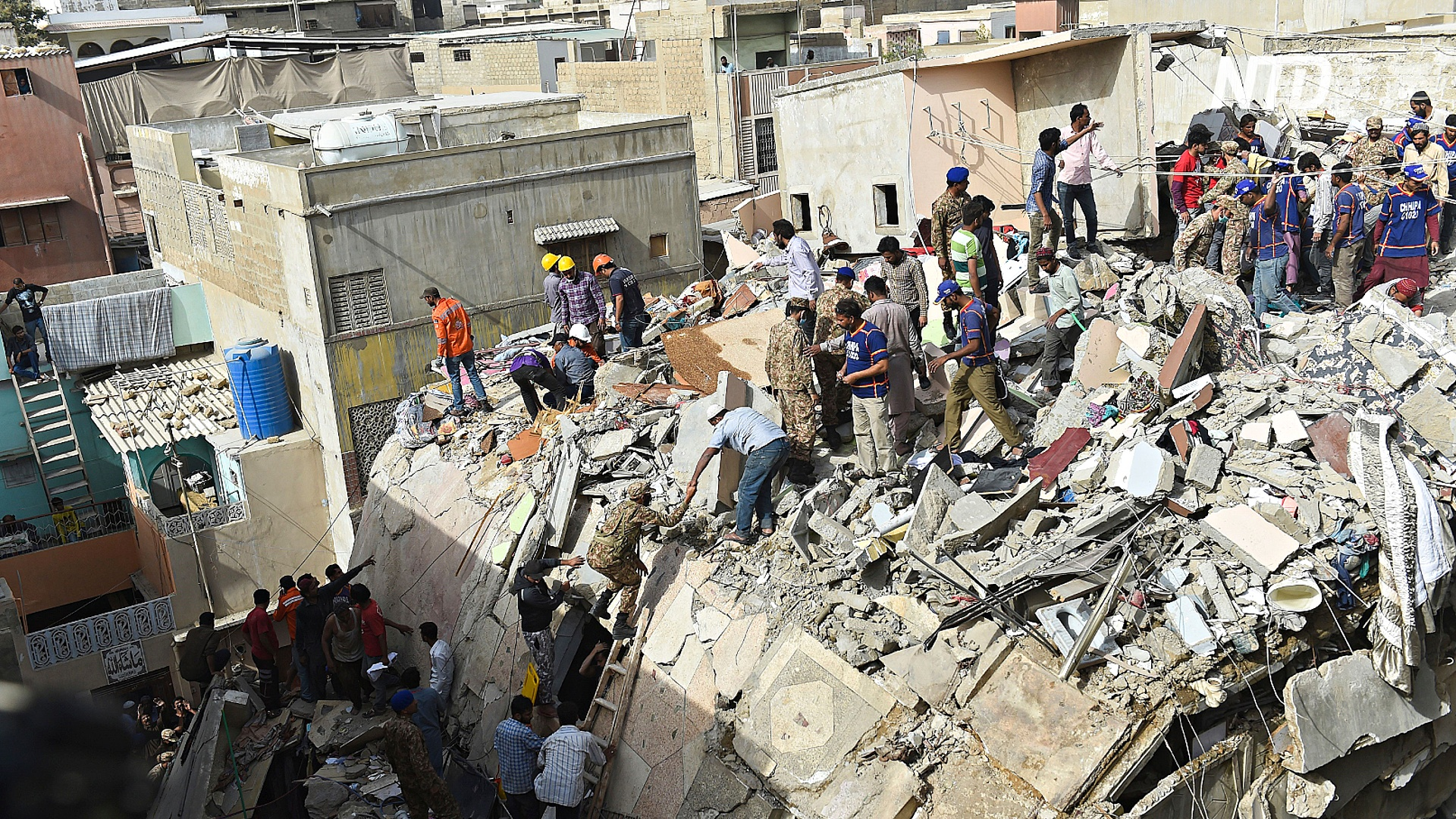 В Карачи рухнул жилой дом: 11 погибших