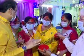 В Индии «Холи» празднуют в масках