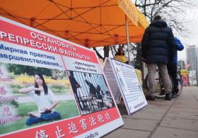 Жители Вильнюса подписывают петиции против репрессий Фалунь Дафа в Китае