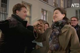 Французские политики теперь здороваются локтями или ногами