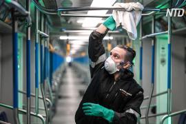 Эпидемия коронавируса: в московском метро дезинфицируют вагоны, двери и поручни