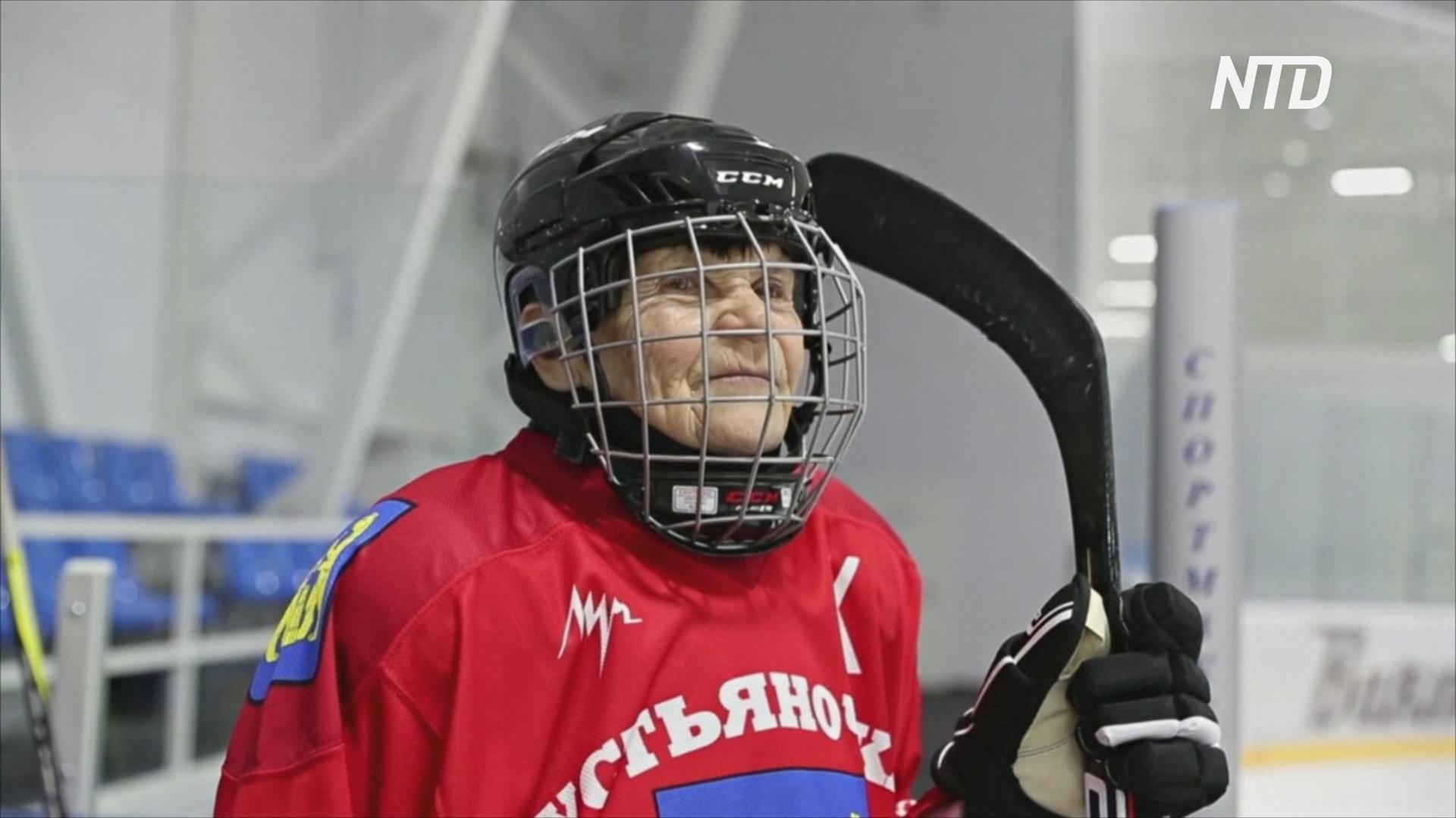 80-летняя бабушка встала на коньки и играет в хоккей
