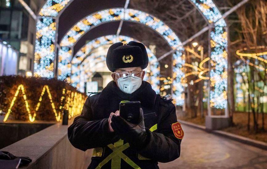 Полицейский с телефоном в Китае