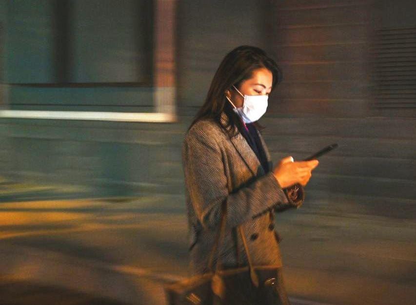 женщина с телефоном в Китае