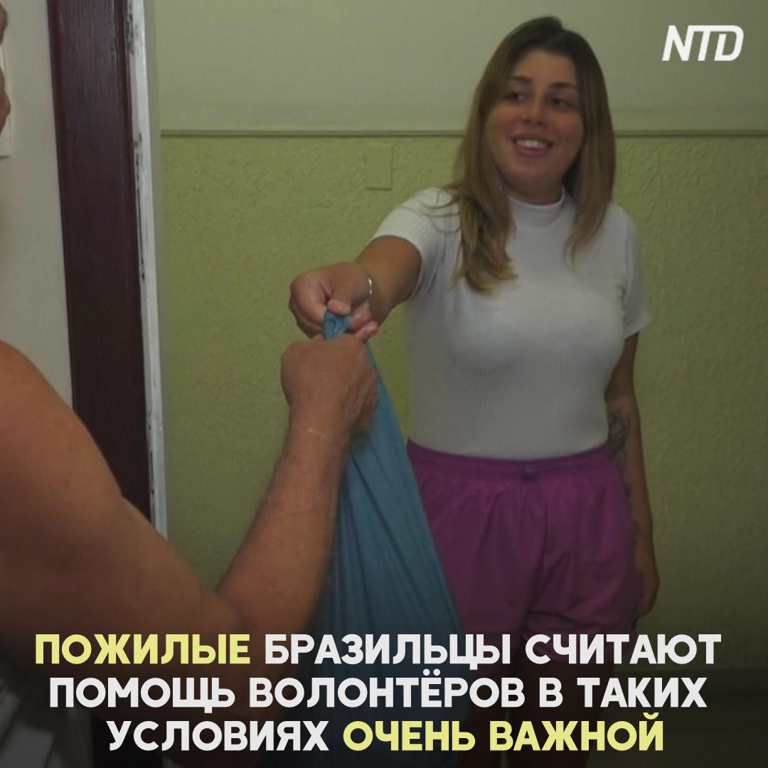 Девушка-волонтёр помогает покупать продукты и лекарства пожилым на карантине