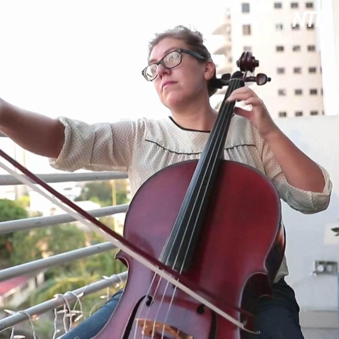 Классика с балкона: как первая виолончель панамского симфонического оркестра успокаивает людей в условиях карантина