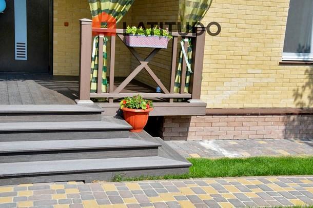 Терраса с широкими ступенями и террасной доской Legro