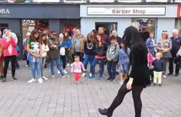 Уличное шоу: малышка танцует ирландский танец