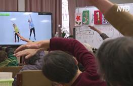 Японские бабушки и дедушки поддерживают форму с помощью видеотренировок