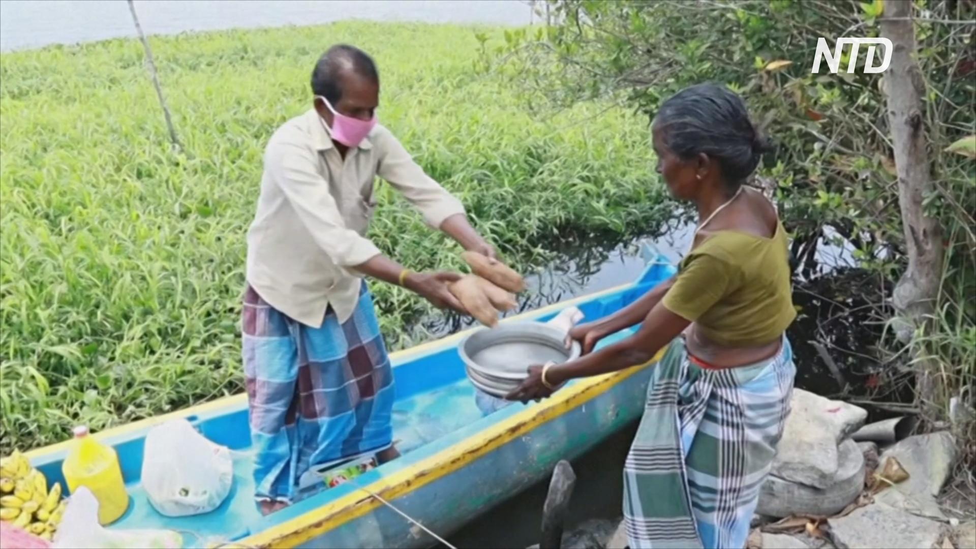 Индийский лодочник возит еду на острова, отрезанные от мира из-за карантина
