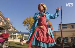 Немецкие клоуны выступают у дома престарелых, чтобы подбодрить пожилых