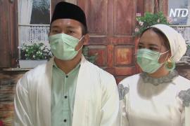 Индонезийская пара сыграла свадьбу с онлайн-трансляцией для приглашённых