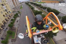 Концерт на пожарной лестнице: эквадорец поддерживает людей во время карантина