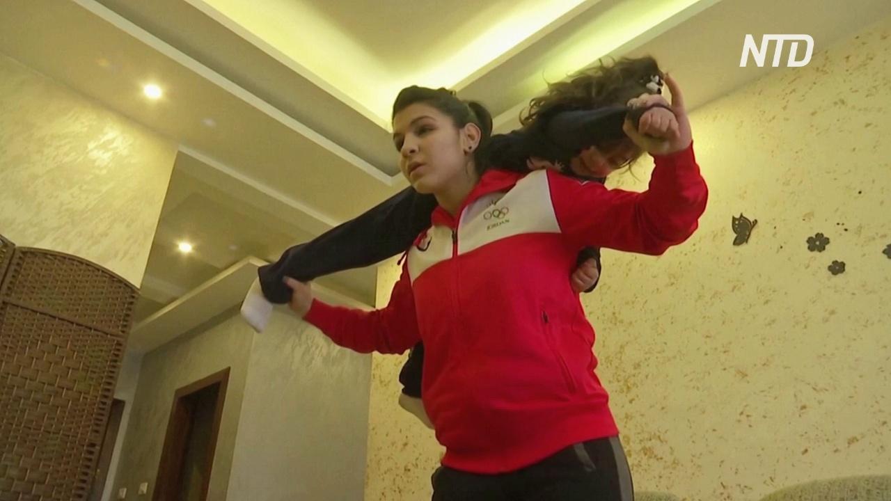 Иорданская дзюдоистка поднимает сестру и диван, тренируясь на карантине
