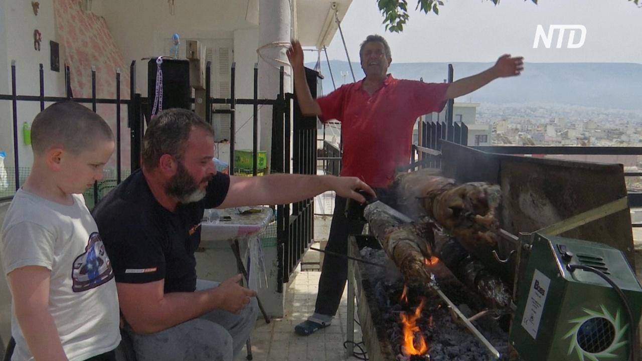 Пасха в условиях карантина: греки вышли на балконы жарить ягнят