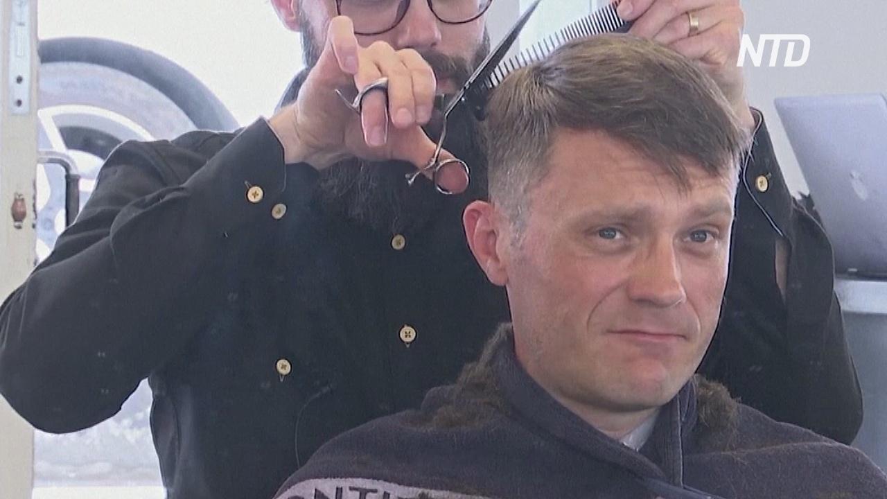 Датский парикмахер благодарит тех, кто не стригся дома