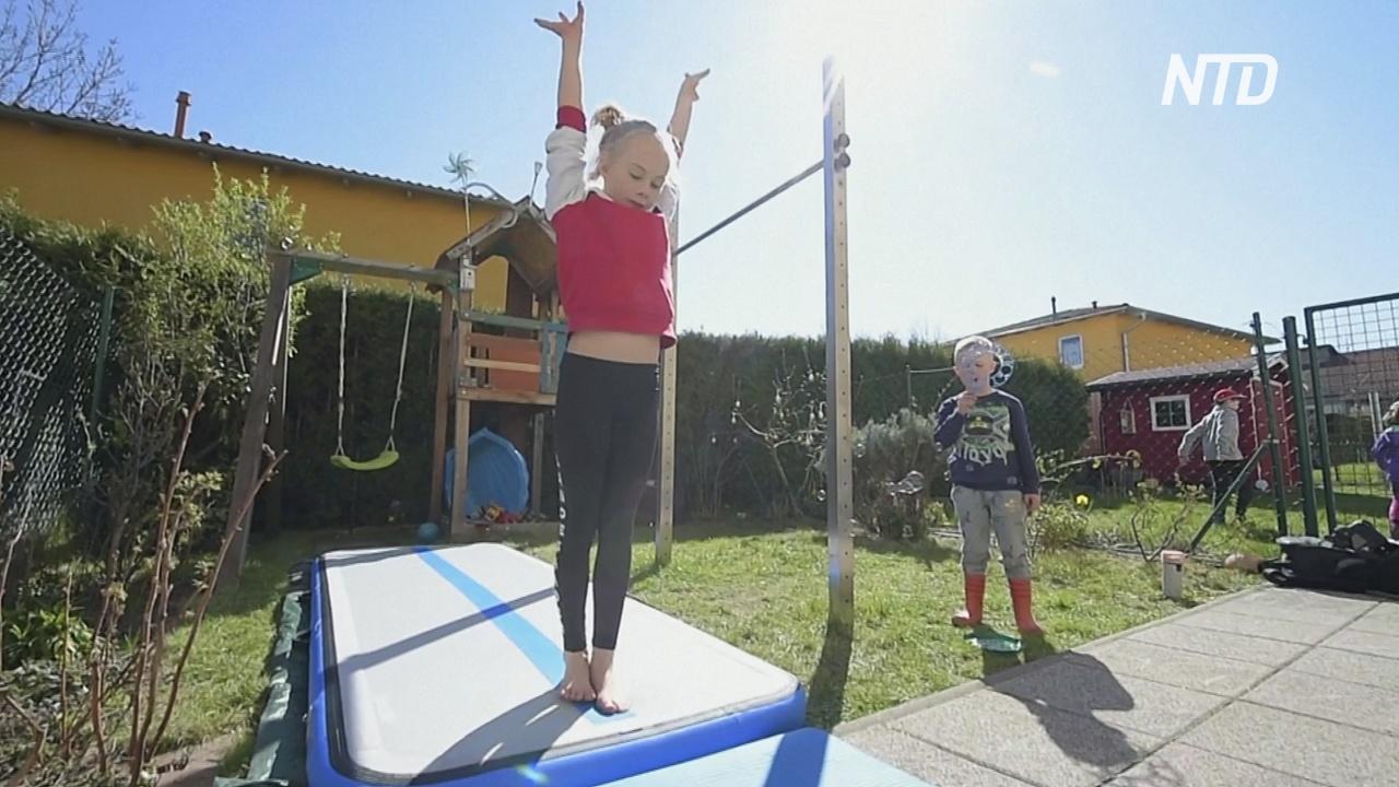Немецкие гимнастки тренируются во дворе