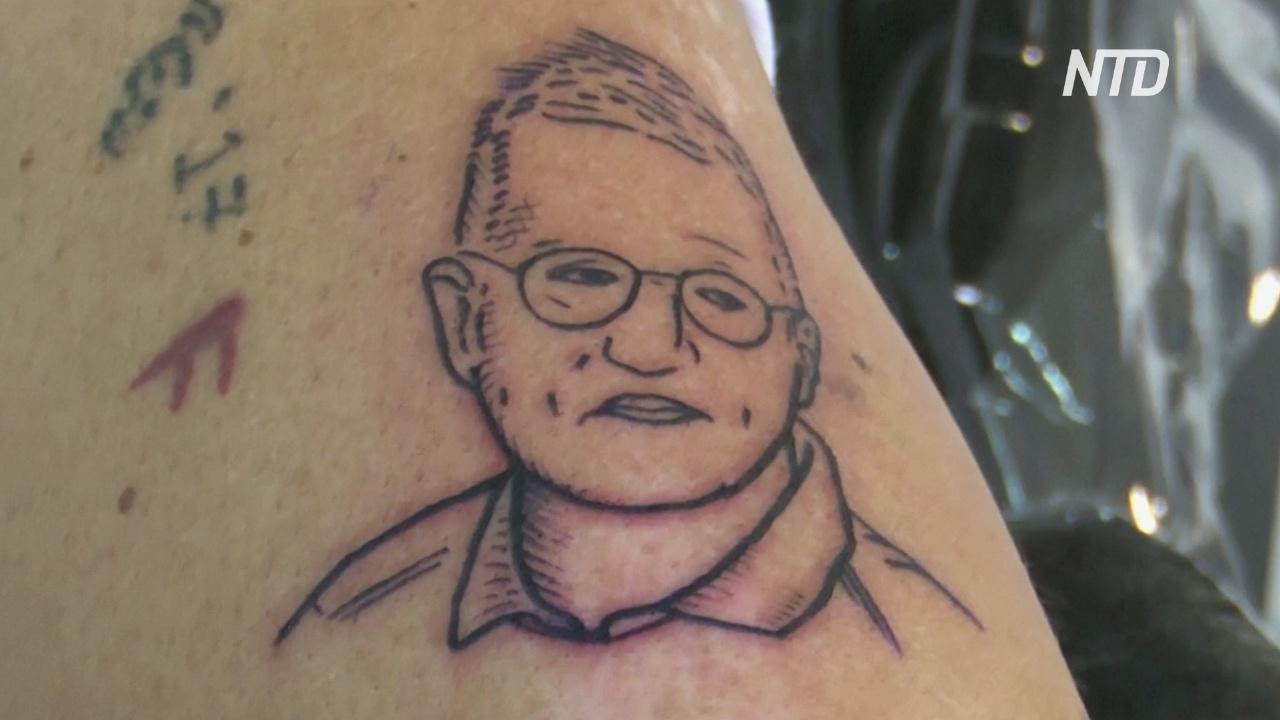 Шведы делают татуировки в виде главного эпидемиолога страны