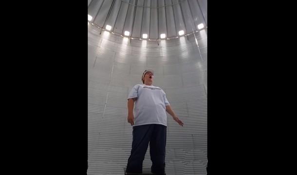 Видео женщины, поющей в зернохранилище, стало вирусным