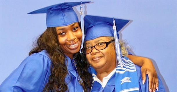 Бабушка и внучка получили дипломы вместе