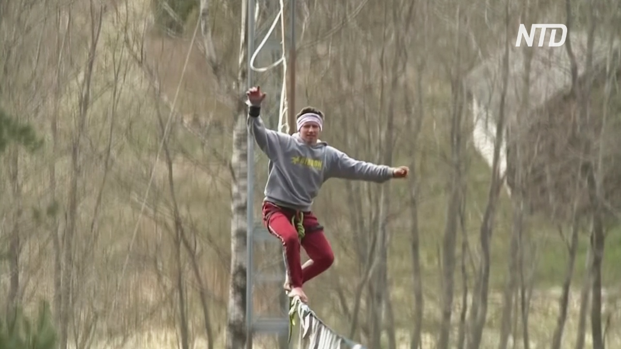 Эстонский слэклайнер использует карантин для интенсивных тренировок