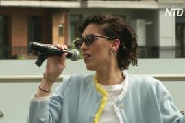 Концерт у отеля в Тбилиси: певица поддерживает людей, сидящих на карантине