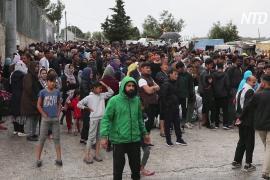 Мигрантов с греческих островов перевозят на материк