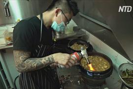 Владелец сингапурского уличного кафе не закрылся, а готовит бесплатную еду