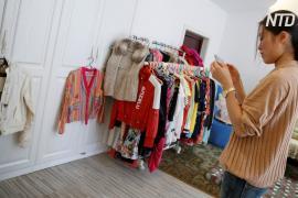 Китаянка-шопоголик избавляется от десятков предметов одежды и обуви