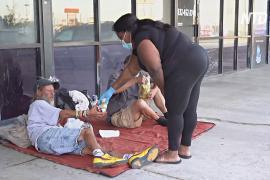 Бездомная американка делает сэндвичи и раздаёт их таким же как она