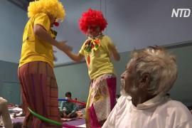 Индия: больничные клоуны смешат рабочих-мигрантов