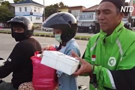 Индонезийские студенты готовят бесплатные обеды для нуждающихся